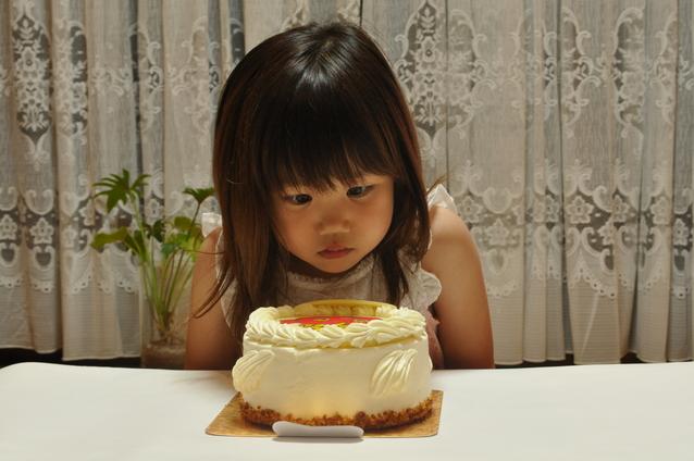 誕生日ケーキと子ども